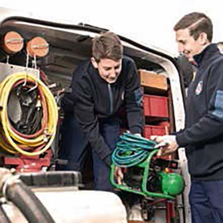 Die benötigten Ausrüstungsgegenstände werden ins Fahrzeug verladen