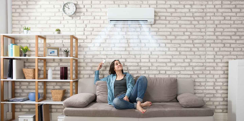 Monosplit-Klimaanlage: Der Kompressor ist außerhalb montiert, nur das formschöne Lüftungsgerät hängt im Wohnraum..