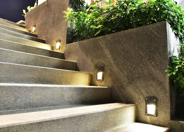Elegante Beleuchtung einer Außentreppe mit integrierten LED-Strahlern