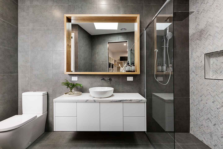 Auch auf kleinem Raum realisierbar: Stilvolles Badezimmer mit begehbarer Dusche